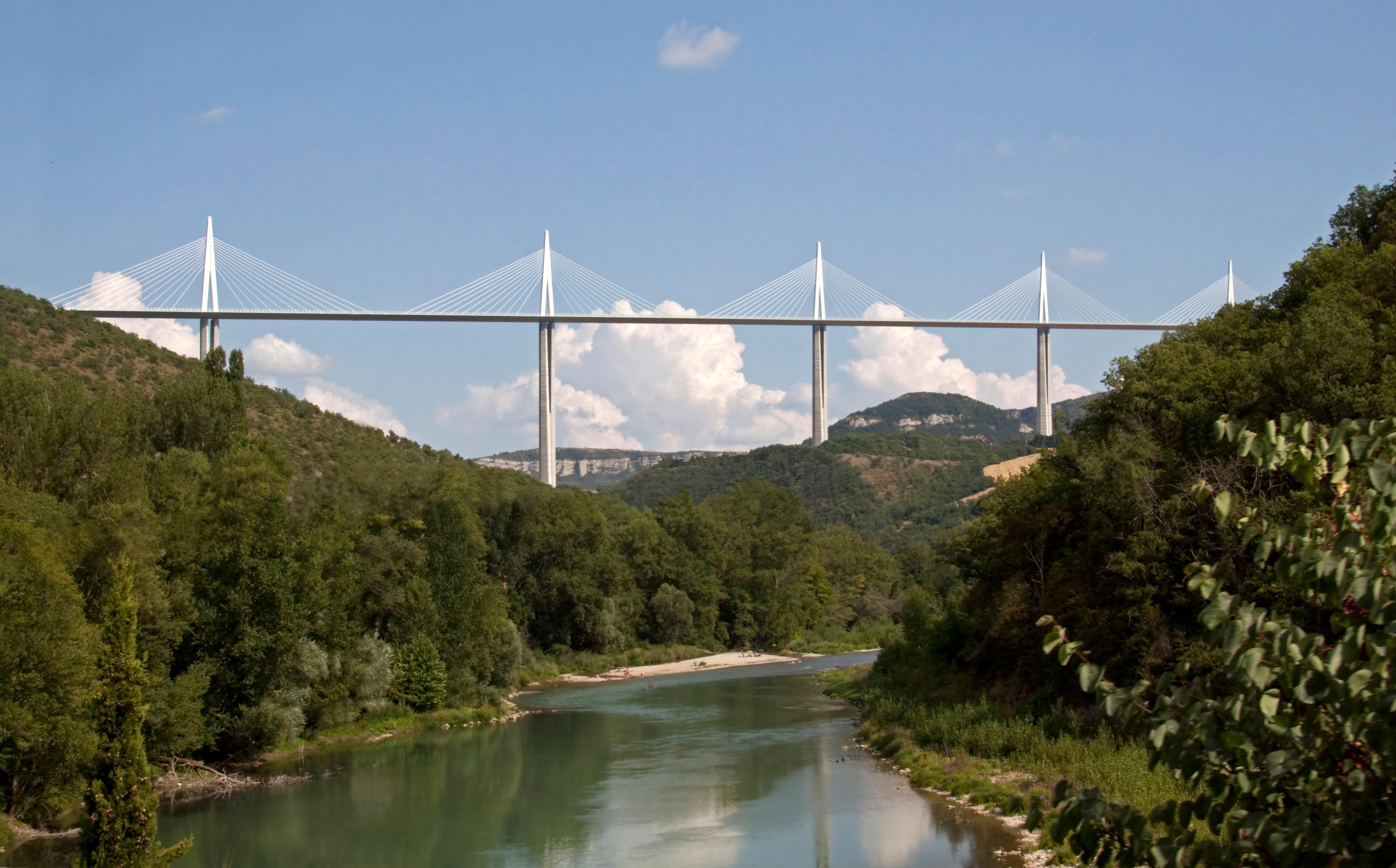 Millau_Viaduct_over_the_River_Tarn_(3855053467)